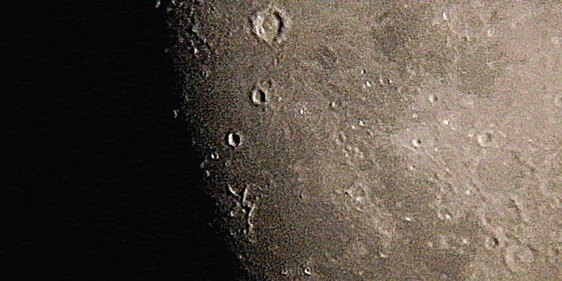 月の目抜き通り